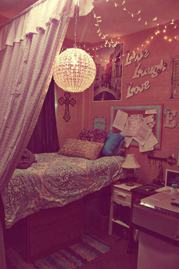 DIY-dorm-room-with-canopy-beds
