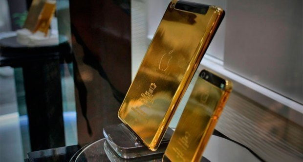 Golden-iPhones-for-the-guests