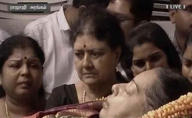 sasikala with jayalalitha dead body