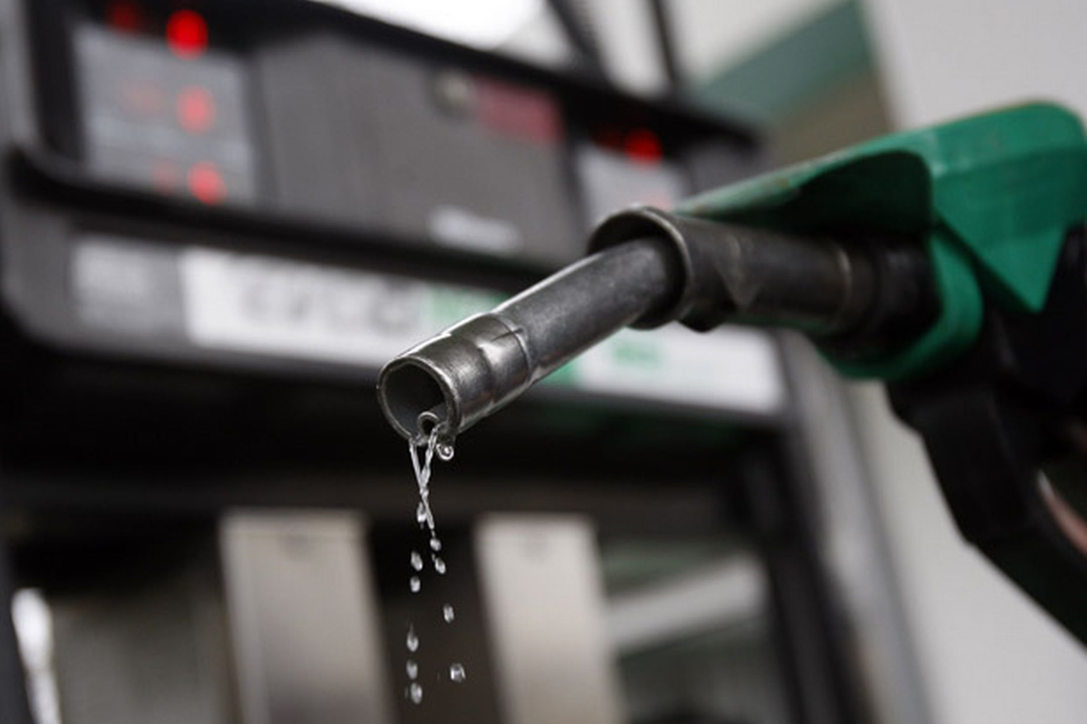 crude oil price falls petrol price may fall petrol deisel price slashed by 3 rs maharasthra cuts down fuel tax petrol diesel shortage due to tanker lorry strike petrol price shoot up
