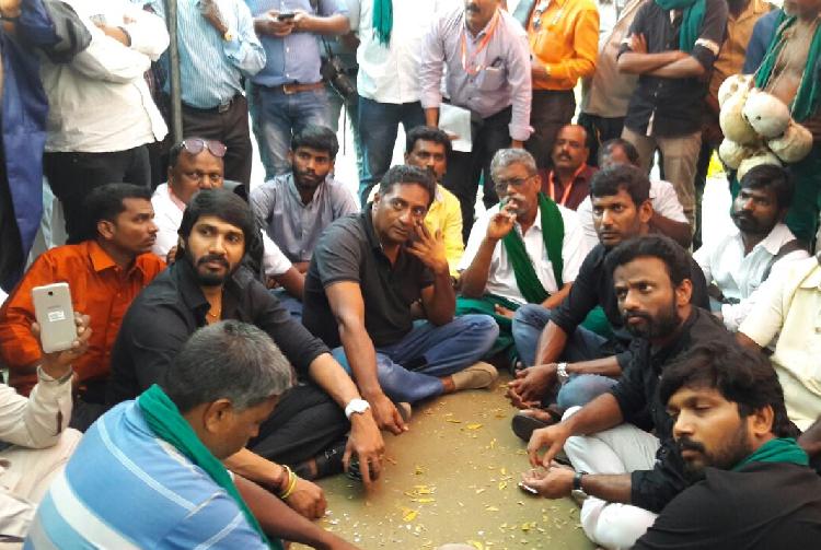 Prakash raj, Vishal join TN farmers protest