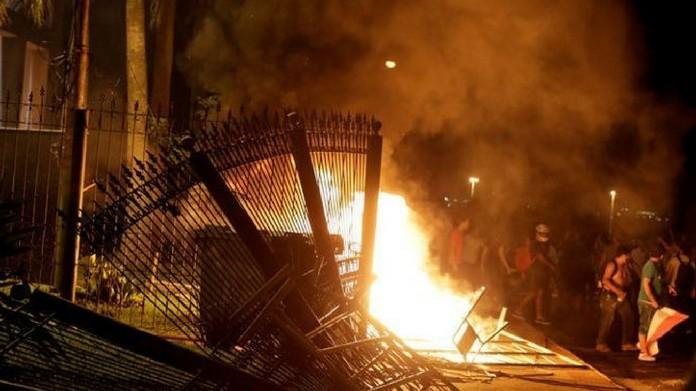 Paraguay congress set on fire