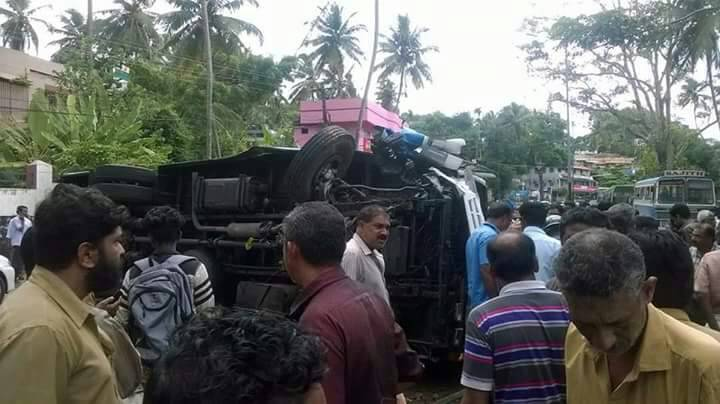 accident-tvm school bus (4)