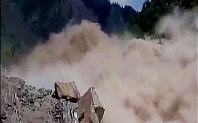 uttarakhand landslide 1500 travelers trapped