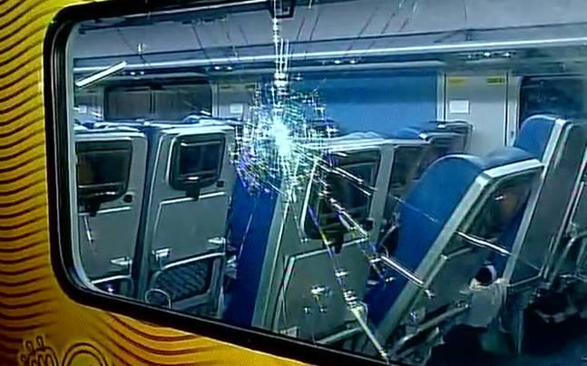 tejas-express-suresh-prabhu-windows-damaged-647_052117011851