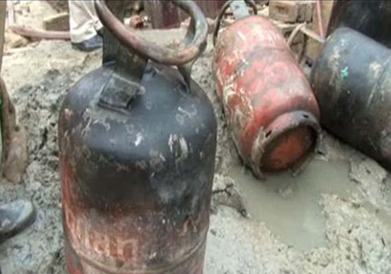 gas cylinder blast 5 dead