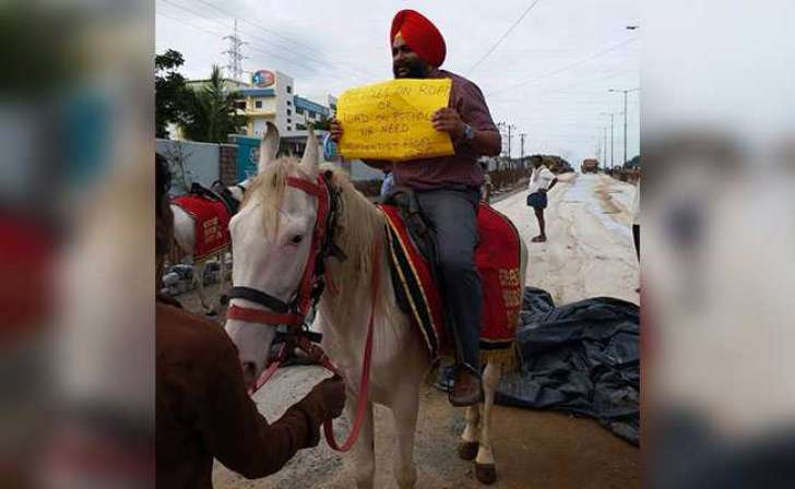 tekkeys protest by riding horse