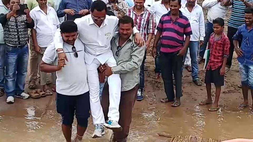odisha-mla-lifted-by-supporters