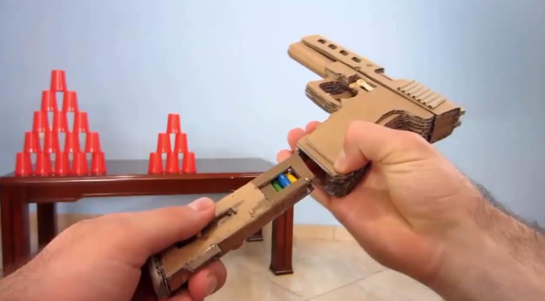 Как сделать пистолет из спичечного коробка своими руками, прикасаясь женщине дрожат руки