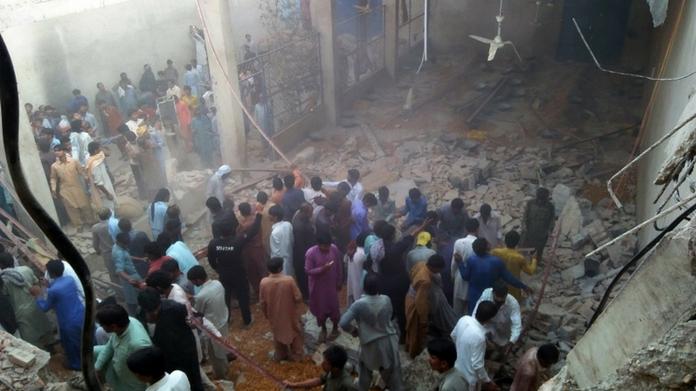 karachi roof collapsed killed 11