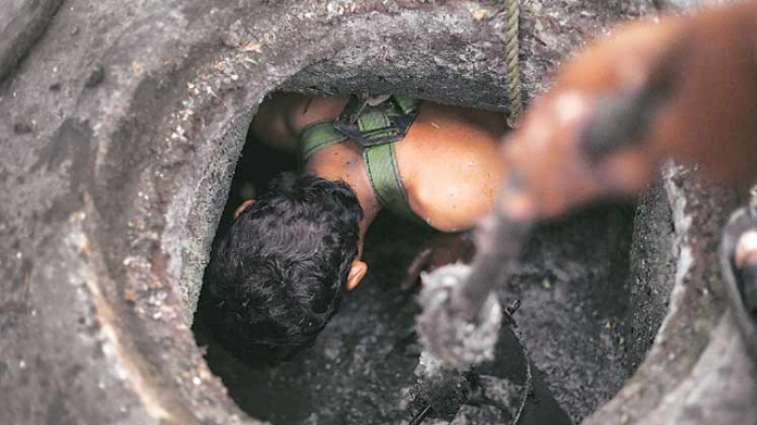 4 dead inhalng poisonous gas while cleaning drainage