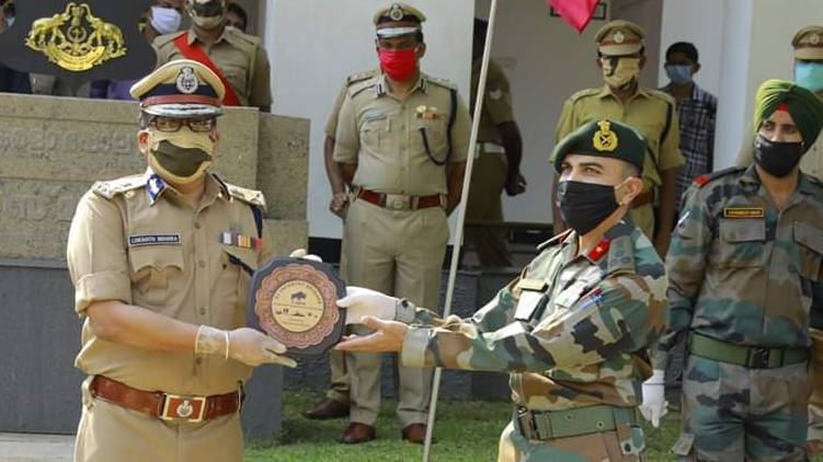 covid 19 Defense: Indian Army's tribute to kerala police