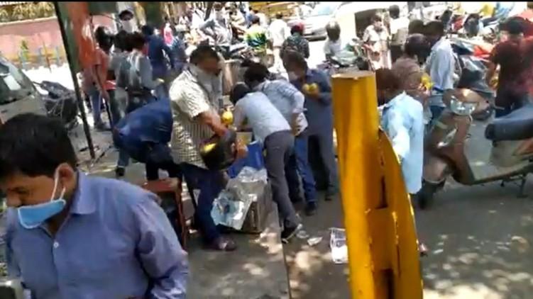 Mob Looting Mango Vendor