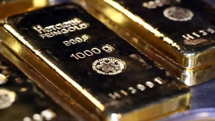 chartered airplane woman passenger 10 lakhs gold seized
