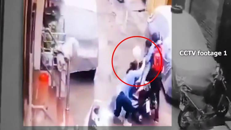 On Camera Delhi Woman Fights Off Kidnappers To Save 4 Year-Old Daughter