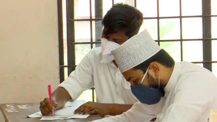 kannur canidate writes llb exam