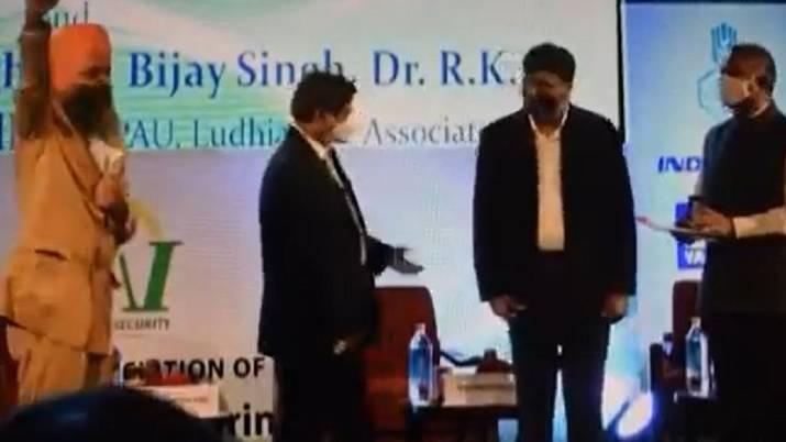 dr vareender pal singh rejecting award