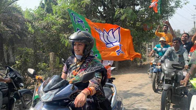 Smriti Irani riding scooter in Baruipur Sonarpur area