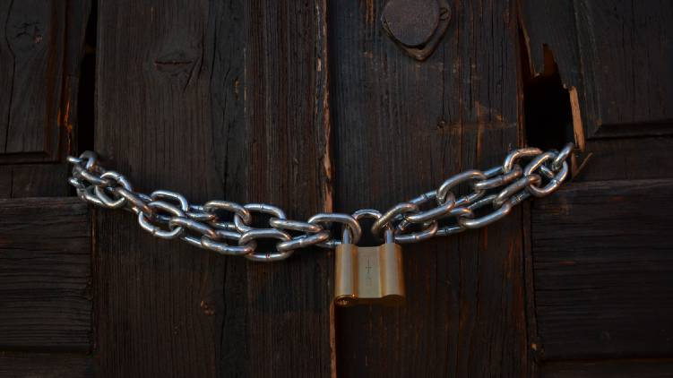 365 shops closed in saudi