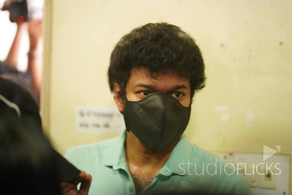 vijay arrvies in cycle for voting