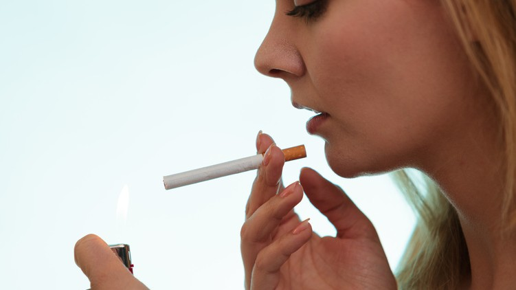 women smoke cigarettes-quitting smoking is more difficult for women