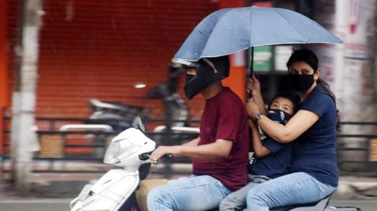 no umbrella during two wheeler ride